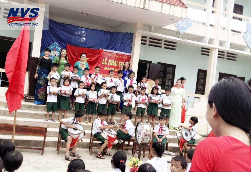 Nụ cười rạng rỡ của các em bên thầy cô giáo trong buổi lễ khai giảng