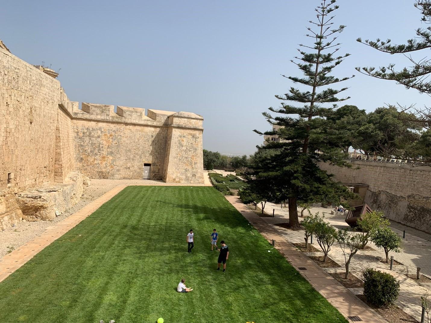 Bên ngoài một trường học tại Malta – Hình trong chuyến khảo sát của NVS