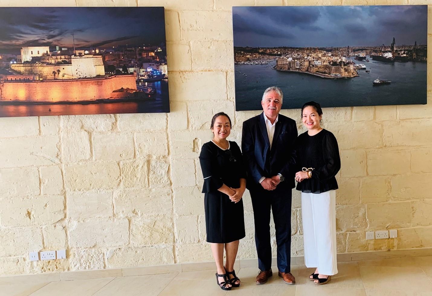 Làm việc với Nguyên cục trưởng di trú Malta – Hình trong chuyến khảo sát của NVS