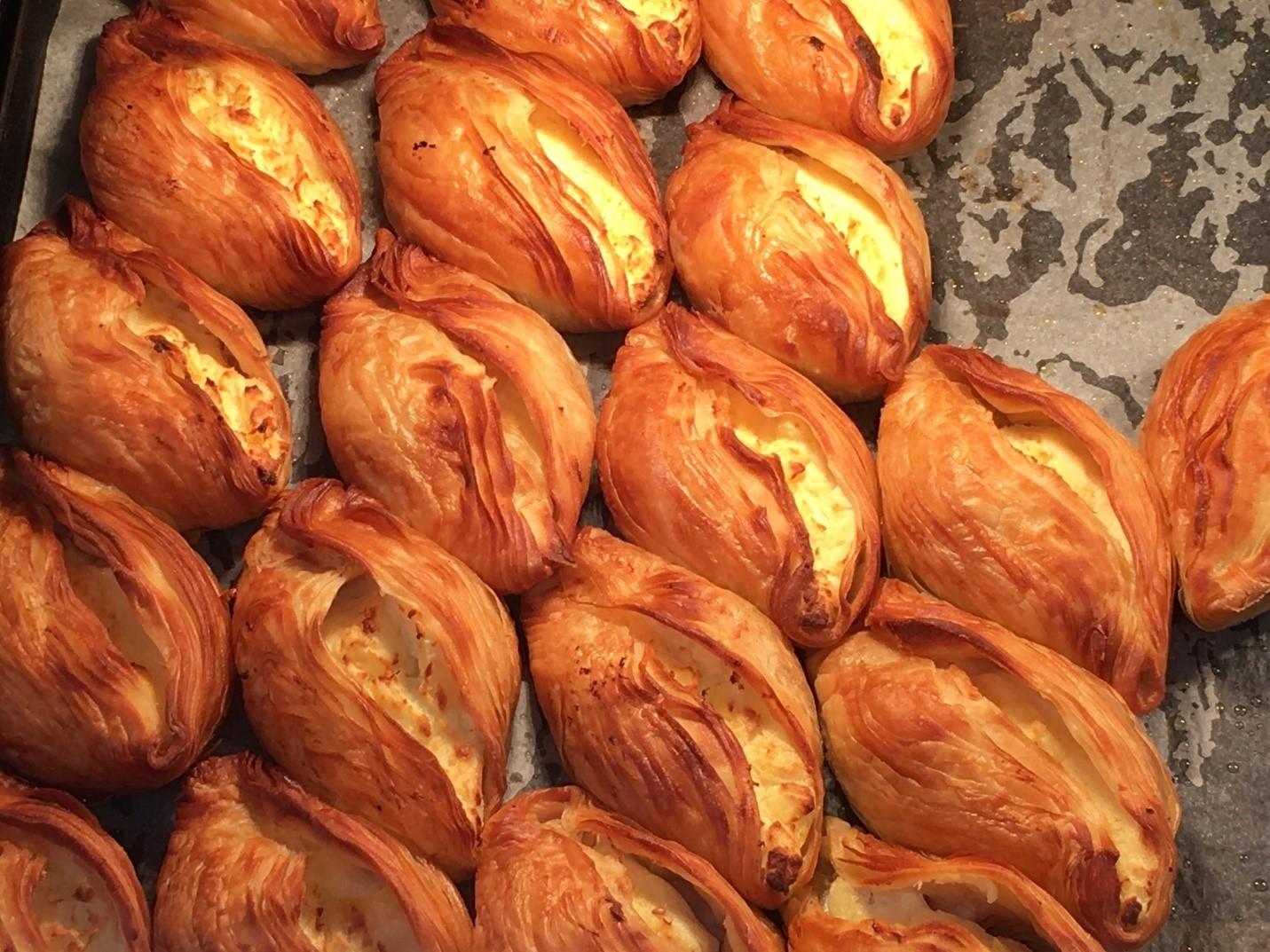 Bánh pastizzi món ăn phổ biến tại Malta