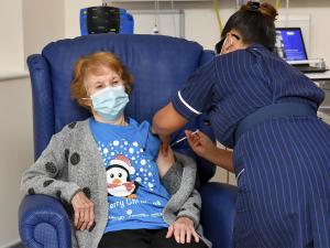 Gần một phần ba số người trưởng thành Ireland đã tiêm vắc-xin Covid-19